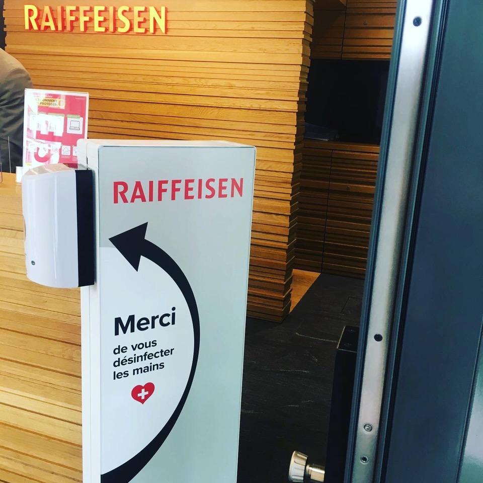 Distributeur solution hydroalcoolique safe station banque Raiffeisen Protectio