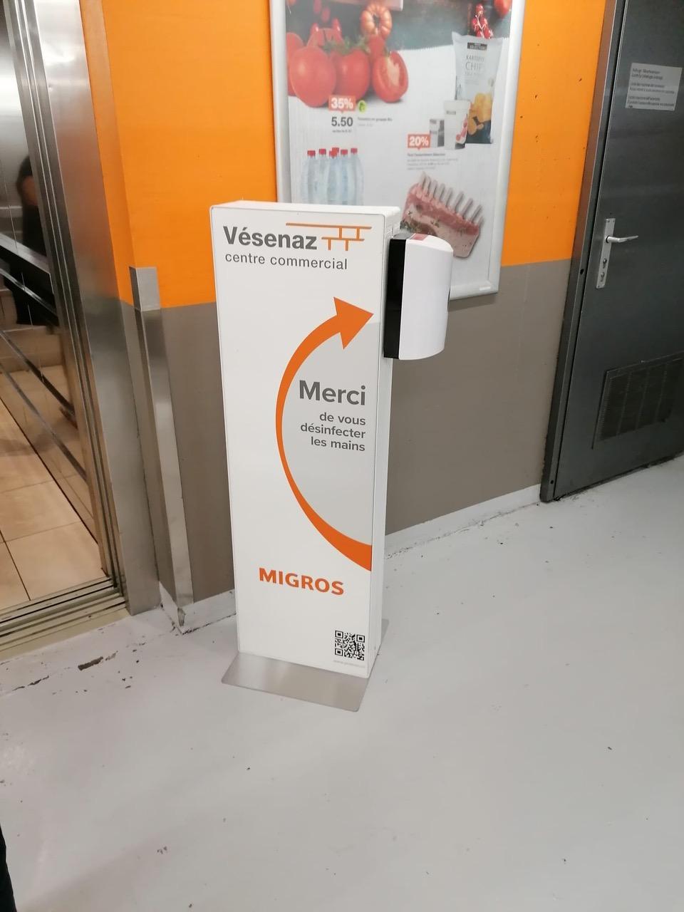 Distributeur solution hydroalcoolique safe station Migros Vésenaz Protectio