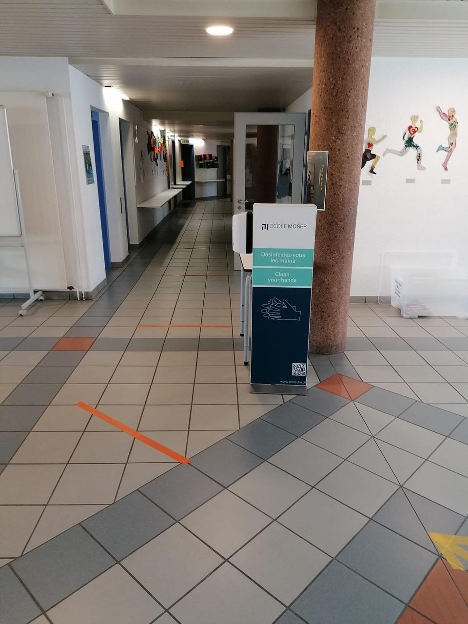 Distributeur solution hydroalcoolique safe station école Moser Protectio